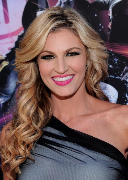 """HOLLYWOOD - AUGUST 02:  TV personality Erin Andrews arrives to the world premiere of Touchstones Pictures and Summit Entertainment's """"Step Up 3D"""" held at the El Capitan Theatre on August 2, 2010 in Hollywood, California.  (Photo by Alberto E. Rodriguez/Getty Images)"""